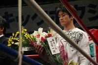 森田選手の手には藤本ジムの選手一同による花束が。