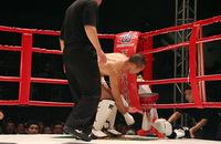 突然武田選手がグローブをはずし、オープンフィンガーグローブを要求