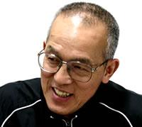 笑顔で答える藤本勲会長